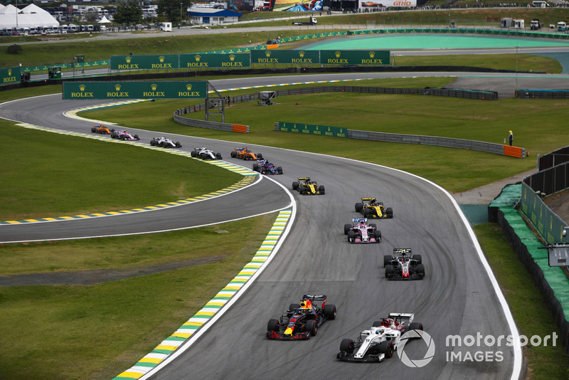 Daniel Ricciardo, Red Bull Racing RB14, plonge à l'intérieur de Marcus Ericsson, Sauber C37, devant Kevin Magnussen, Haas F1 Team VF-18, et Sergio Perez, Force India VJM11.