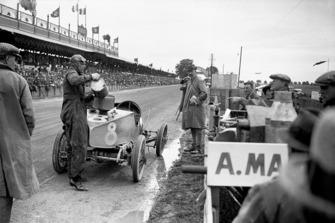 Clive Gallop (Aston Martin GP), pitstop