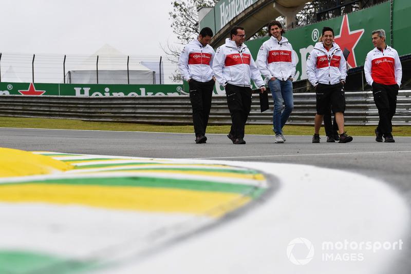 Antonio Giovinazzi, Sauber parcourt la piste à pied