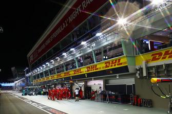 Lewis Hamilton, Mercedes AMG F1 W09 EQ Power+, ai box