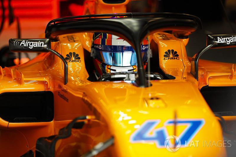 Lando Norris, McLaren MCL33, nel garage