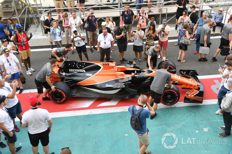 La McLaren MCL32 et des fans dans la voie des stands