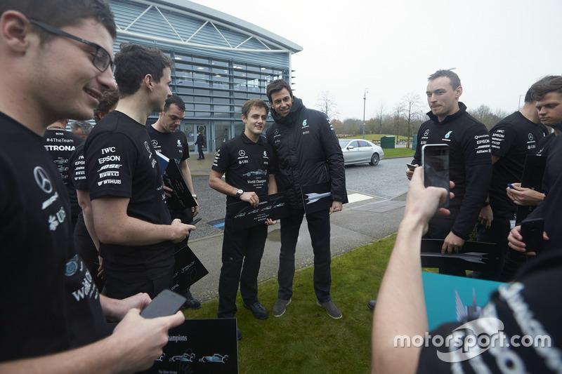 Toto Wolff, Director Mercedes AMG F1 con miembros del equipo