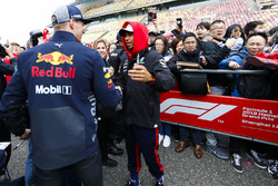 Max Verstappen, Red Bull Racing saluda a Lewis Hamilton, Mercedes AMG F1