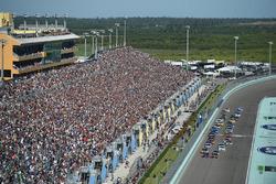 Start: Denny Hamlin, Joe Gibbs Racing Toyota, Martin Truex Jr., Furniture Row Racing Toyota