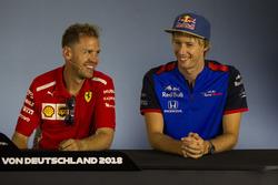 Sebastian Vettel, Ferrari y Pierre Gasly, Scuderia Toro Rosso, en rueda de prensa