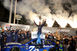 Martin Truex Jr., Furniture Row Racing Toyota Camry, festeggia in Victory Lane