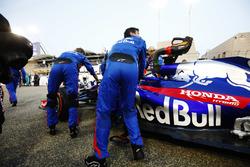 Brendon Hartley, Toro Rosso STR13 Honda, heads to the grid