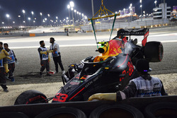 The crashed car of Max Verstappen, Red Bull Racing RB14 is recovered in Q1