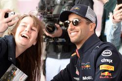 Daniel Ricciardo, Red Bull Racing posa per un selfie con una tifosa, durante la sessione autografi
