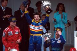 Podio: segundo lugar David Coulthard; ganador de la carrera Olivier Panis y tercer lugar Johnny Herbert