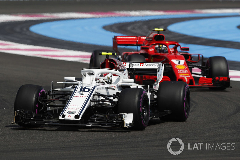 Charles Leclerc, Sauber C37, y Kimi Raikkonen, Ferrari SF71H