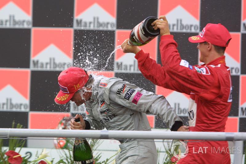 Podio: David Coulthard y Michael Schumacher