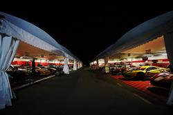 Vetture del Ferrari Challange di notte