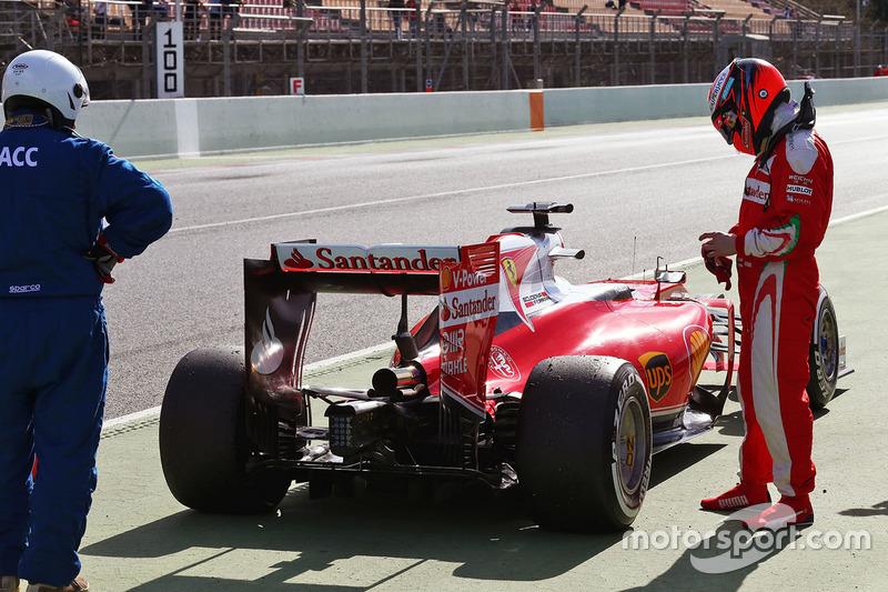 Kimi Räikkönen, Ferrari SF16-H, hält am Ende der Boxengasse