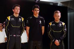 Гонщик Renault F1 Джолион Палмер, тест-пилот команды Эстебан Окон, и гонщик Renault F1 Кевин Магнусс