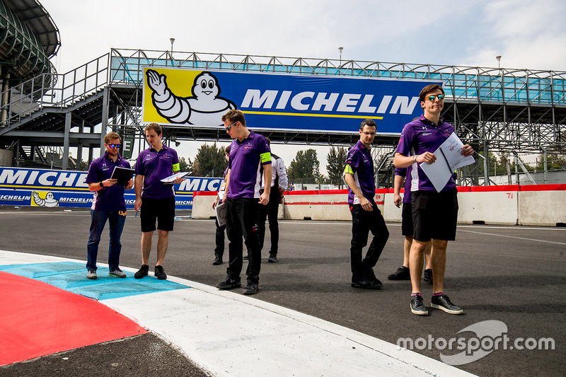 Sam Bird, DS Virgin Racing, camina por el circuito con el equipo