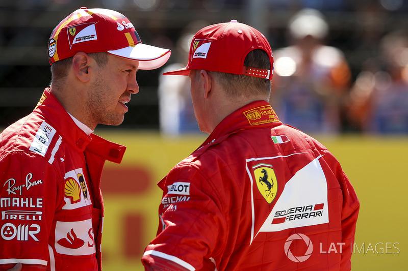 Ganador de la pole Sebastian Vettel, Ferrari, segundo Kimi Raikkonen, Ferrari