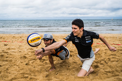 Esteban Ocon y Sergio Pérez juegan volleyball de playa