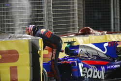 Daniil Kvyat, Scuderia Toro Rosso, sort de sa voiture après un accident