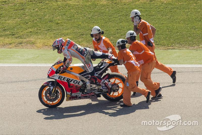 Sem saber até o hoje o que é fazer uma corrida da MotoGP em Aragón sem sair da pole, Marc Márquez teve dia difícil. O piloto caiu e foi apenas o quinto no grid, perdendo a pole no MotorLand pela primeira vez na categoria principal.