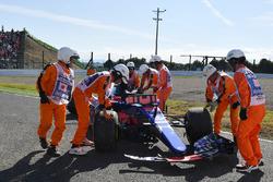 Des commissaires s'occupent de la voiture de Carlos Sainz Jr., Scuderia Toro Rosso STR12