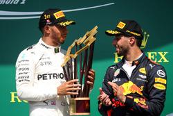 Ganador, Lewis Hamilton, Mercedes AMG F1 y Daniel Ricciardo, Red Bull Racing