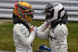 Le poleman Lewis Hamilton, Mercedes AMG F1 et Valtteri Bottas, Mercedes AMG F1 fêtent leur doublé dans le Parc Fermé