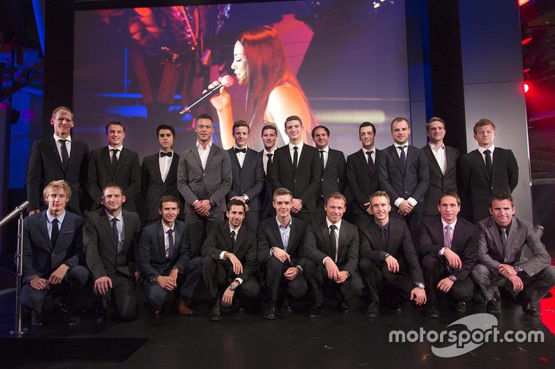 Equipo Porsche trabaja para la foto de pilotos 2017