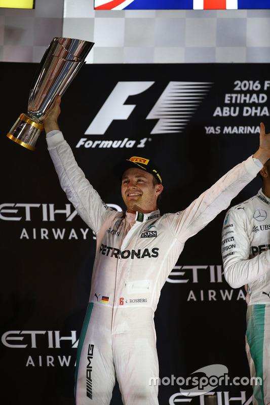 Podio: segundo lugar y nuevo campeón mundial Nico Rosberg, Mercedes AMG Petronas F1