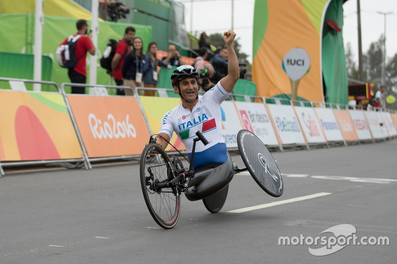 And in handcycles, the flamboyance in victory remained intact! This is the Paralympics in Rio in 2016.