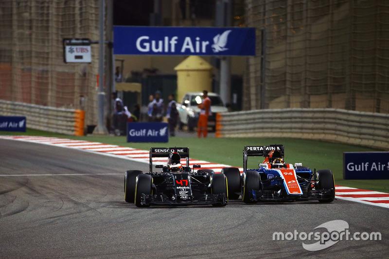 Stoffel Vandoorne, McLaren MP4-31 and Pascal Wehrlein, Manor Racing MRT05