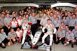 Tim Mclaren merayakan keberhasilan Mika Hakkinen merebut gelar juara dunia