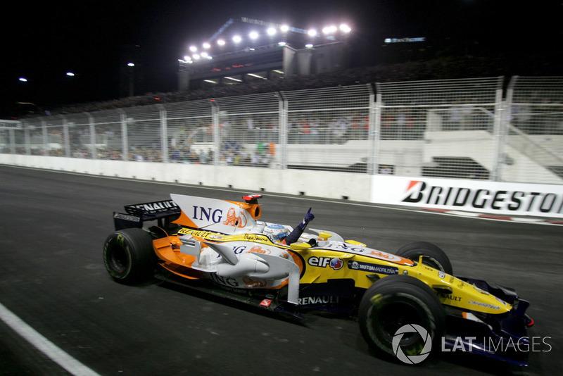 Но в итоге ничего страшного не случилось – и Алонсо выиграл первый в истории Гран При Сингапура