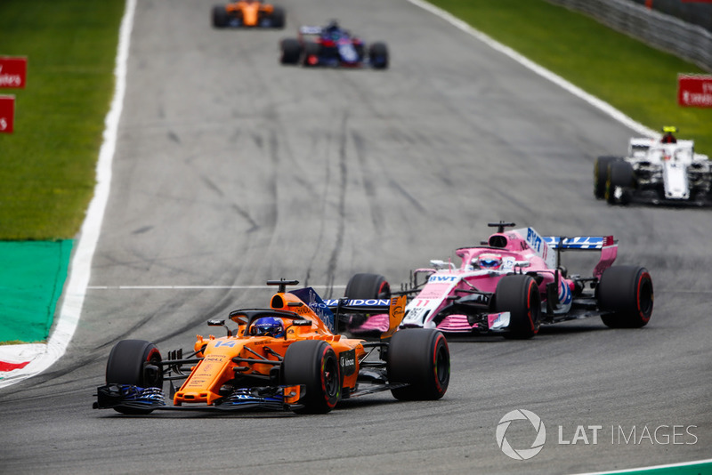 Fernando Alonso, McLaren MCL33, di depan Sergio Perez, Racing Point Force India VJM11, dan Charles Leclerc, Sauber C37
