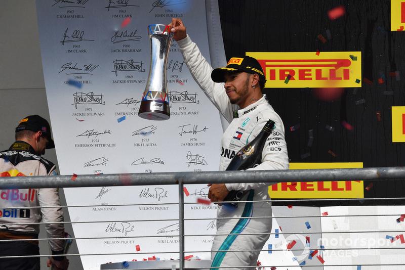 Lewis Hamilton, Mercedes AMG F1, mengangkat trofi peringkat ketiga di GP Amerika Serikat