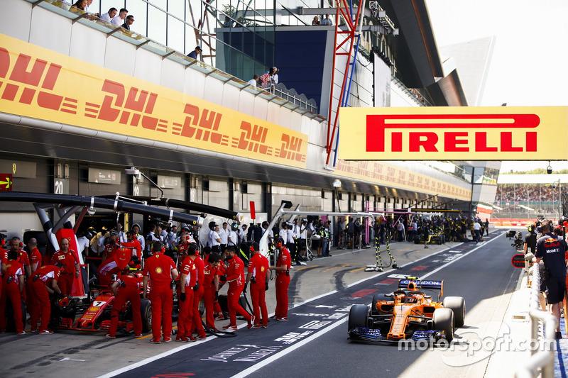 Stoffel Vandoorne, McLaren MCL33, supera Kimi Raikkonen, Ferrari SF71H
