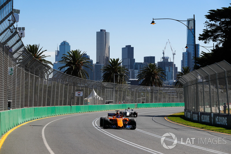 Fernando Alonso, McLaren MCL33 Renault y Marcus Ericsson, Sauber C37 Ferrari