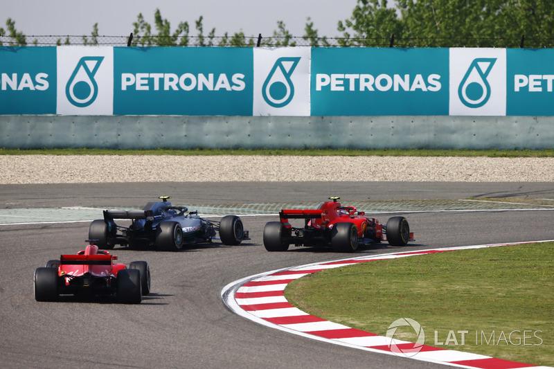 Valtteri Bottas, Mercedes AMG F1 W09, passes Kimi Raikkonen, Ferrari SF71H, pour la tête de course devant Sebastian Vettel, Ferrari SF71H