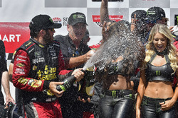 Martin Truex Jr., Furniture Row Racing, Toyota Camry 5-hour ENERGY/Bass Pro Shops, festeggia nella victory lane