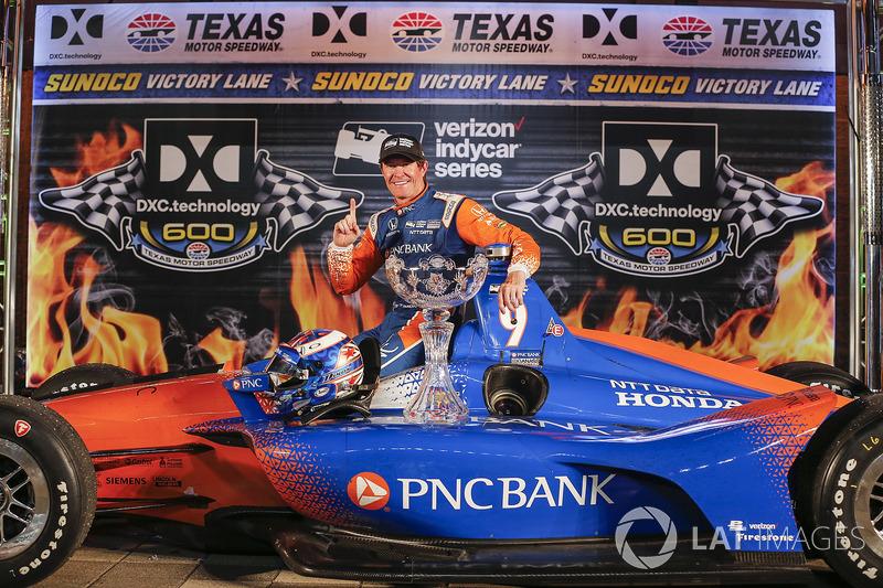 Scott Dixon, Chip Ganassi Racing Honda festeggia nella victory lane