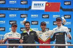 Podium: winnaar Esteban Guerrieri, Campos Racing, Chevrolet RML Cruze TC1, tweede Yann Ehrlacher, RC Motorsport, Lada Vesta , derde Nicky Catsburg, Polestar Cyan Racing, Volvo S60 Polestar TC1