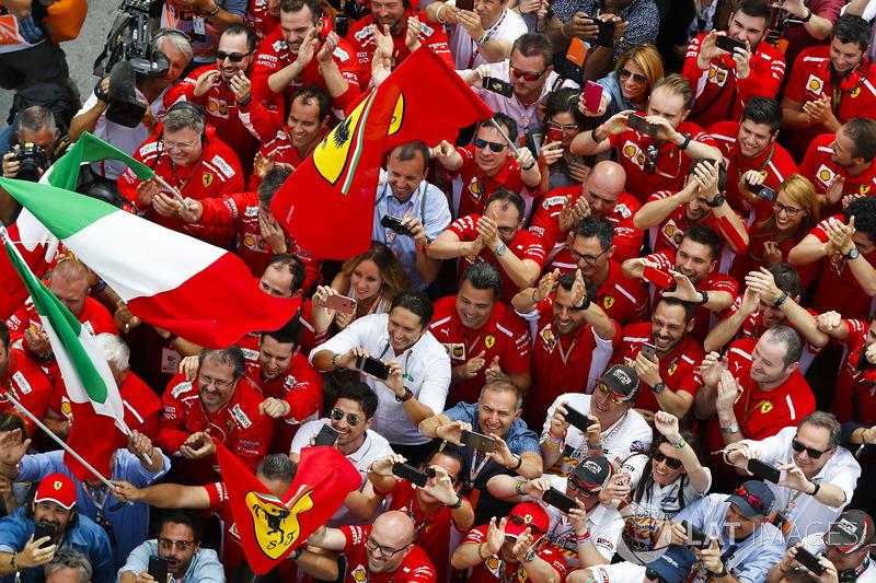 Kru Ferrari merayakan kemenangan Sebastian Vettel, Ferrari