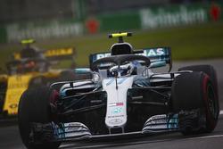 Valtteri Bottas, Mercedes AMG F1 W09, revient en piste après avoir dépassé Carlos Sainz Jr., Renault Sport F1 Team R.S. 18