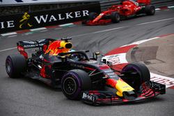 Даниэль Риккардо, Red Bull Racing RB14, и Себастьян Феттель, Ferrari SF71H