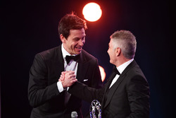 Mick Doohan consegna a Toto Wolff, Direttore Esecutivo Mercedes AMG F1, il Laureus World Team of the Year