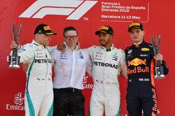 Bonnington, ingegnere di pistaMercedes AMG F1, Valtteri Bottas, Mercedes-AMG F1, Lewis Hamilton, Mercedes-AMG F1 e Max Verstappen, Red Bull Racing sul podio