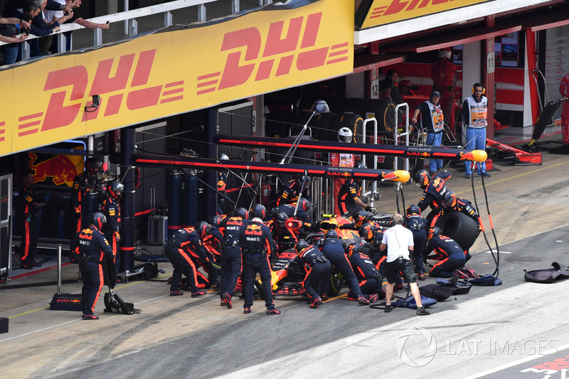Max Verstappen, Red Bull Racing RB14 pit stop