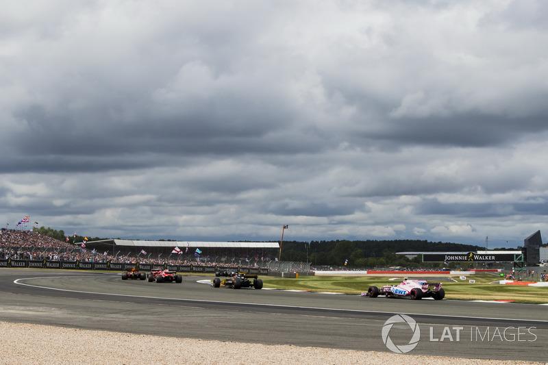 Nico Hulkenberg, Renault Sport F1 Team RS17, Esteban Ocon, Sahara Force India F1 VJM10