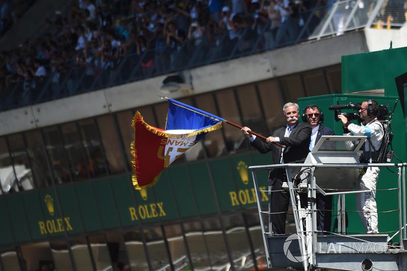Chase Carey - CEO da Fórmula 1 - e seu marcante bigode foram os responsáveis por dar a largada da 85ª edição da prova.